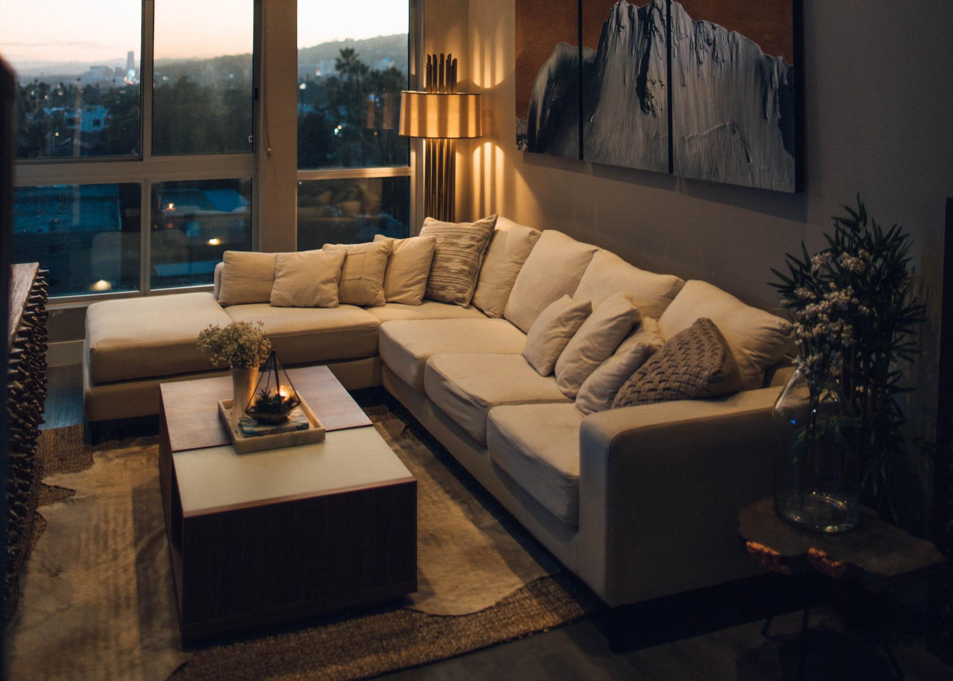 Gemütliches Wohnzimmer mit einem großes Ecksofa