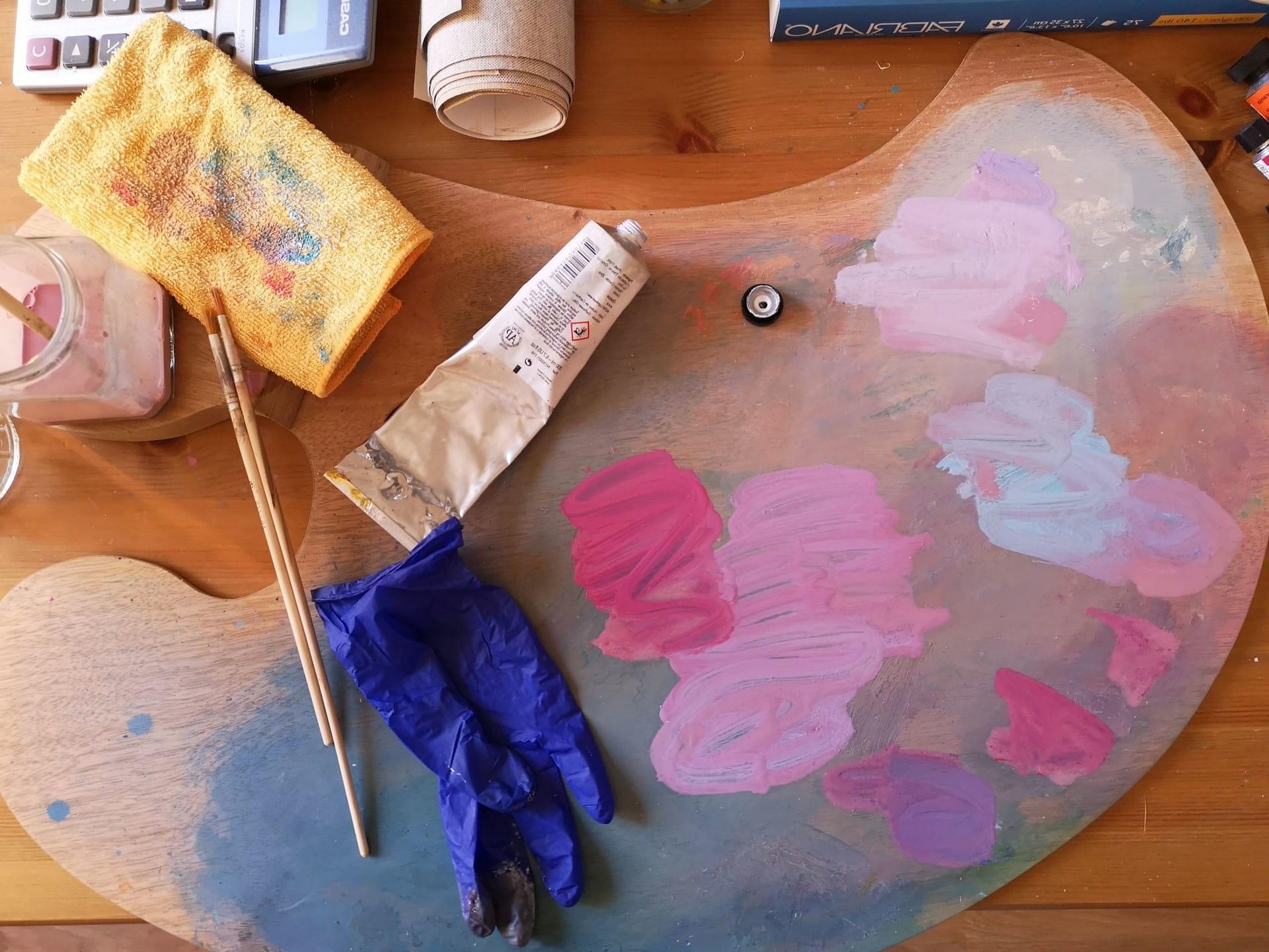 Ein Tisch mit einer Malerpalette und anderen Malutensilien