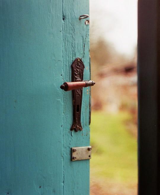 Türkise Tür, die offen steht