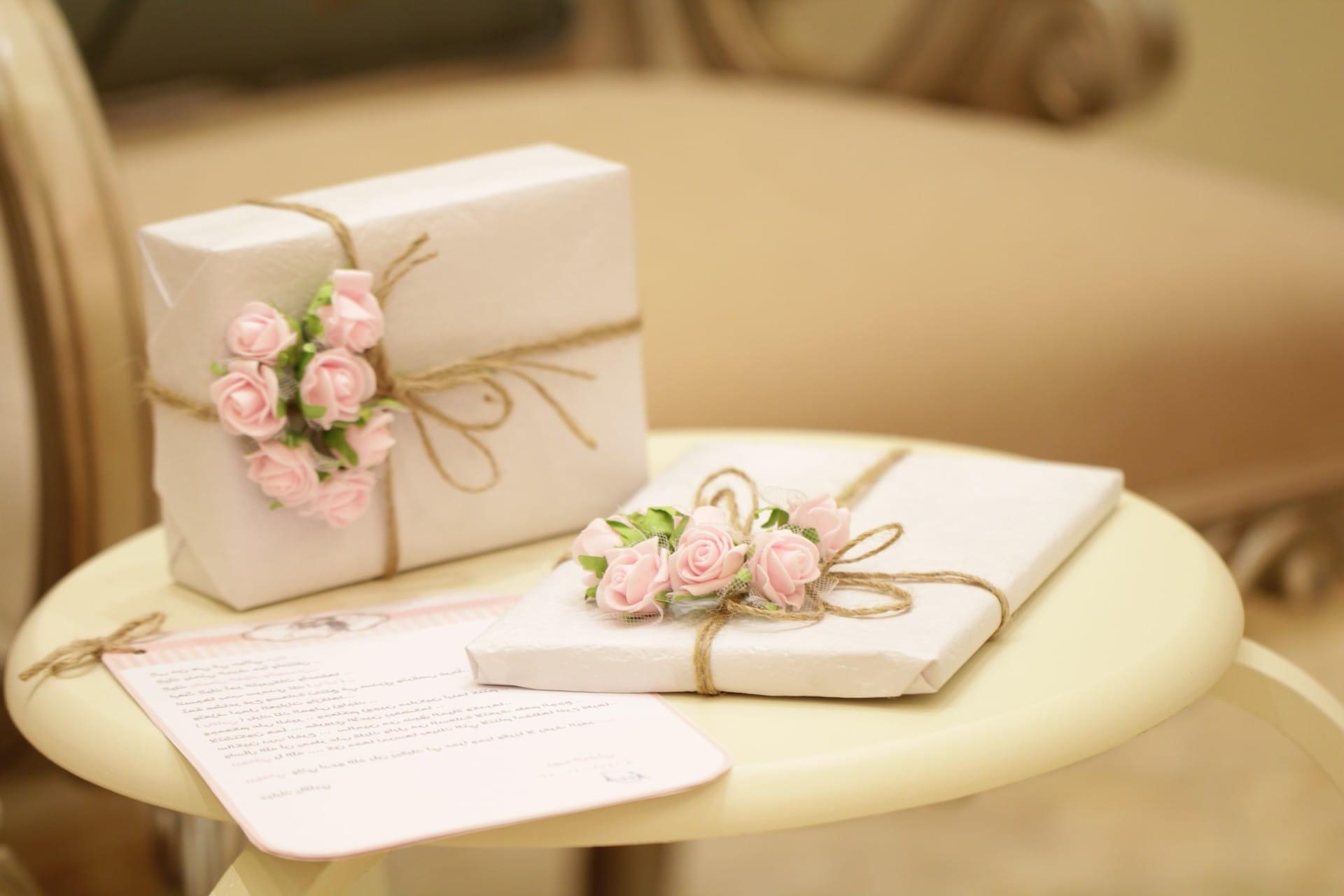 Verpackte Geschenke, die mit Rosen dekoriert sind